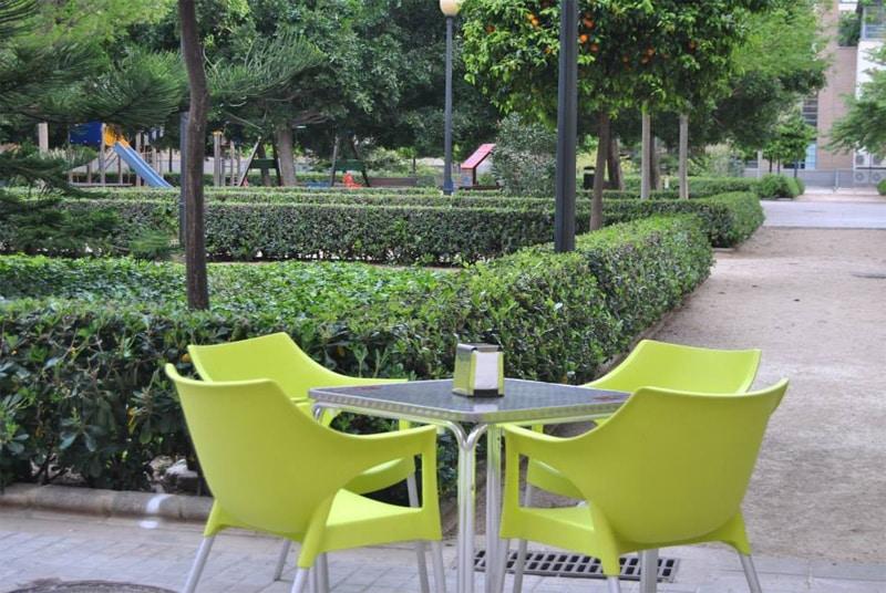 don pelayo terraza sillas verdes
