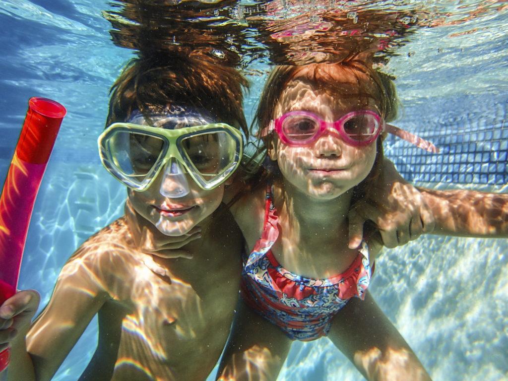 Juegos en la piscina para ni os for Clases de piscina para bebes
