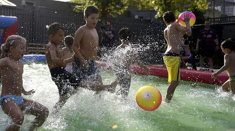 Juegos en la piscina para ni os for En pelotas en la piscina