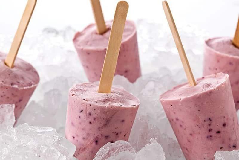 polos caseros de yogur y fresas
