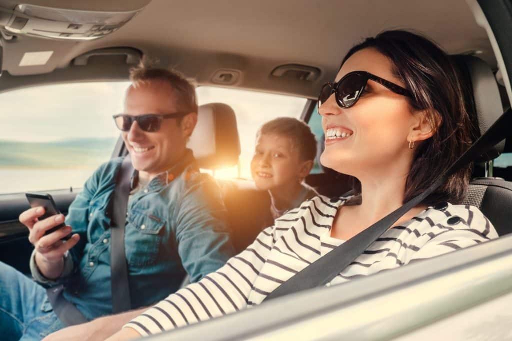 Familia en coche - Viajar con niños fuera de España