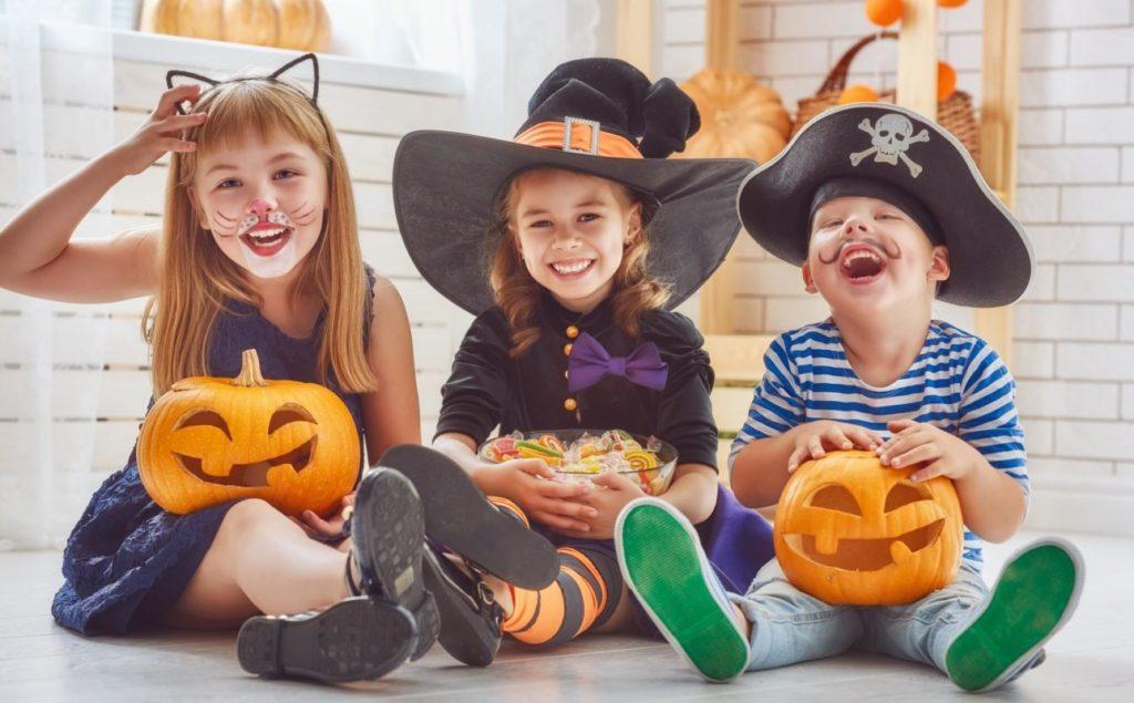 Niños con calabaza en Halloween