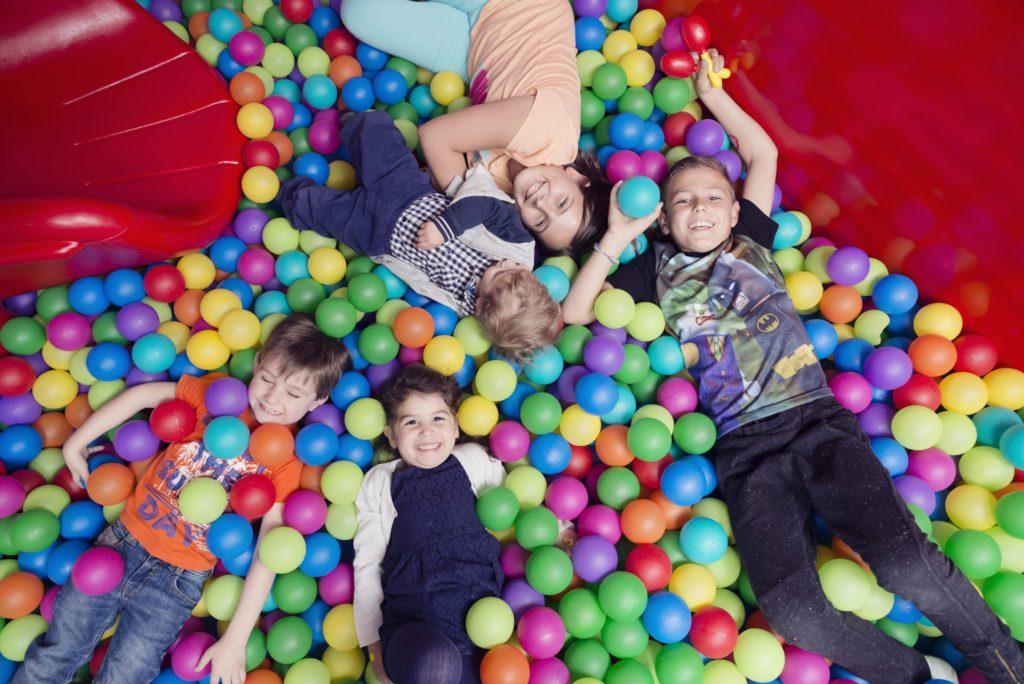 Niños rodeados de bolas en Hi-5 Education Centres