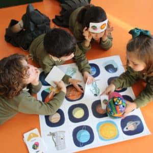 niños en aula aprendiendo jugando Mas Camarena
