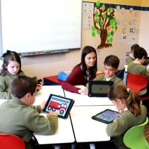 niños en aulaMas Camarena con tablet