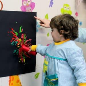 aula infantil Mas Camarena pintando en pared