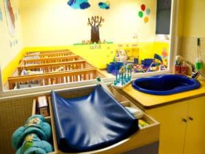 aula de bebes con cunas y cambiador