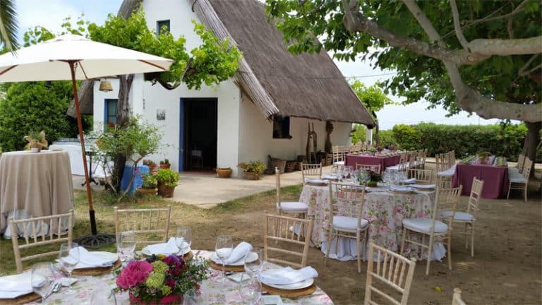 exterior de barraca con mesas decoradas