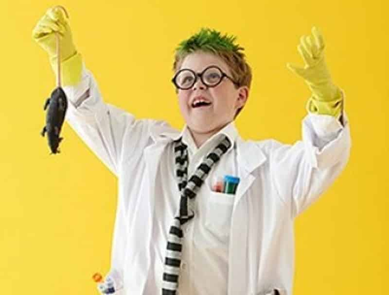 niño disfrazado de científico loco