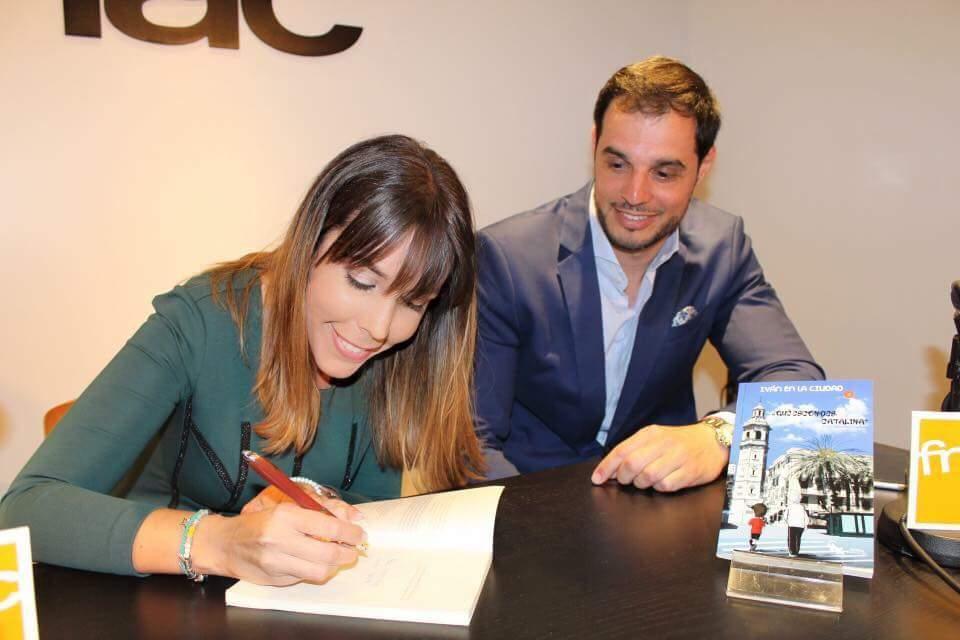 autora firmando iván en la ciudad