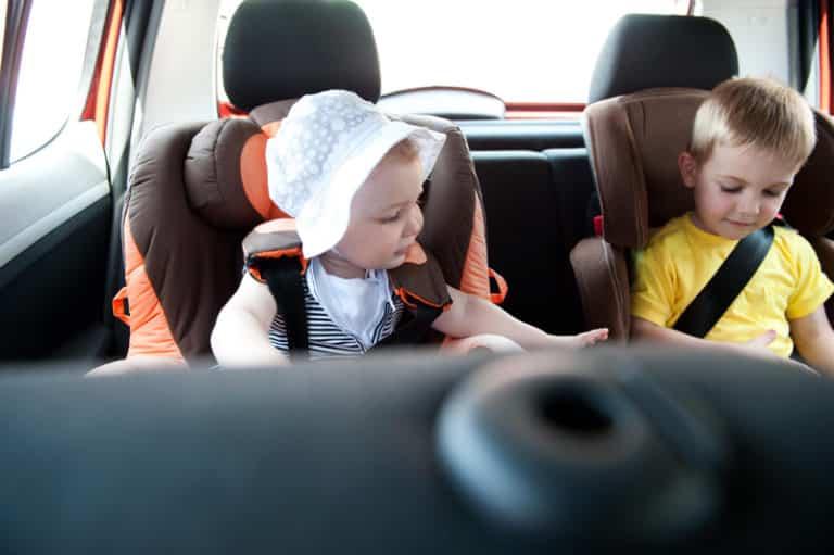 niños en la parte trasera del coche