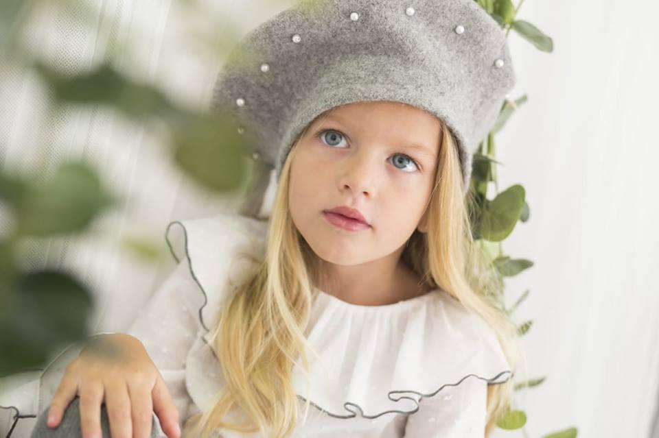 niña con modelo de coleccion de petalos