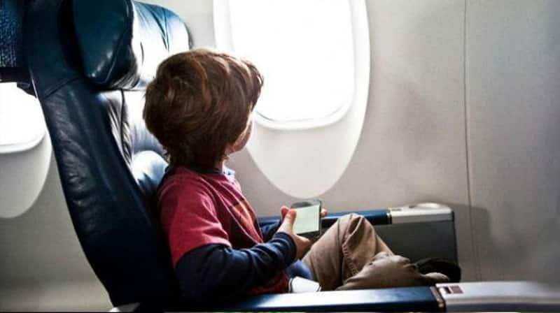 niño sentado en avión
