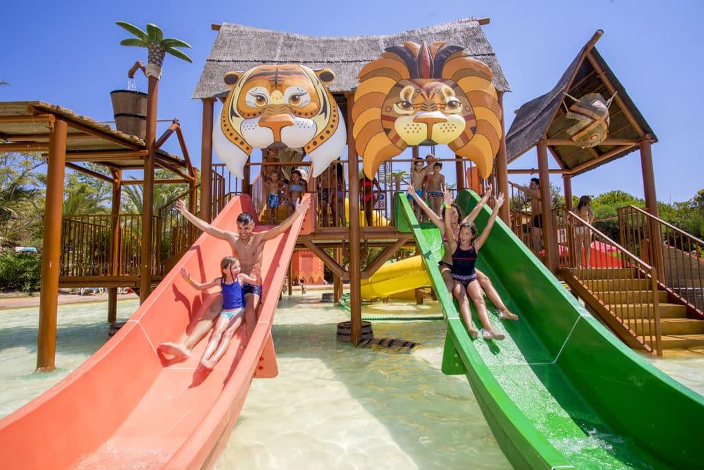 niños en toboganes Adventure Island
