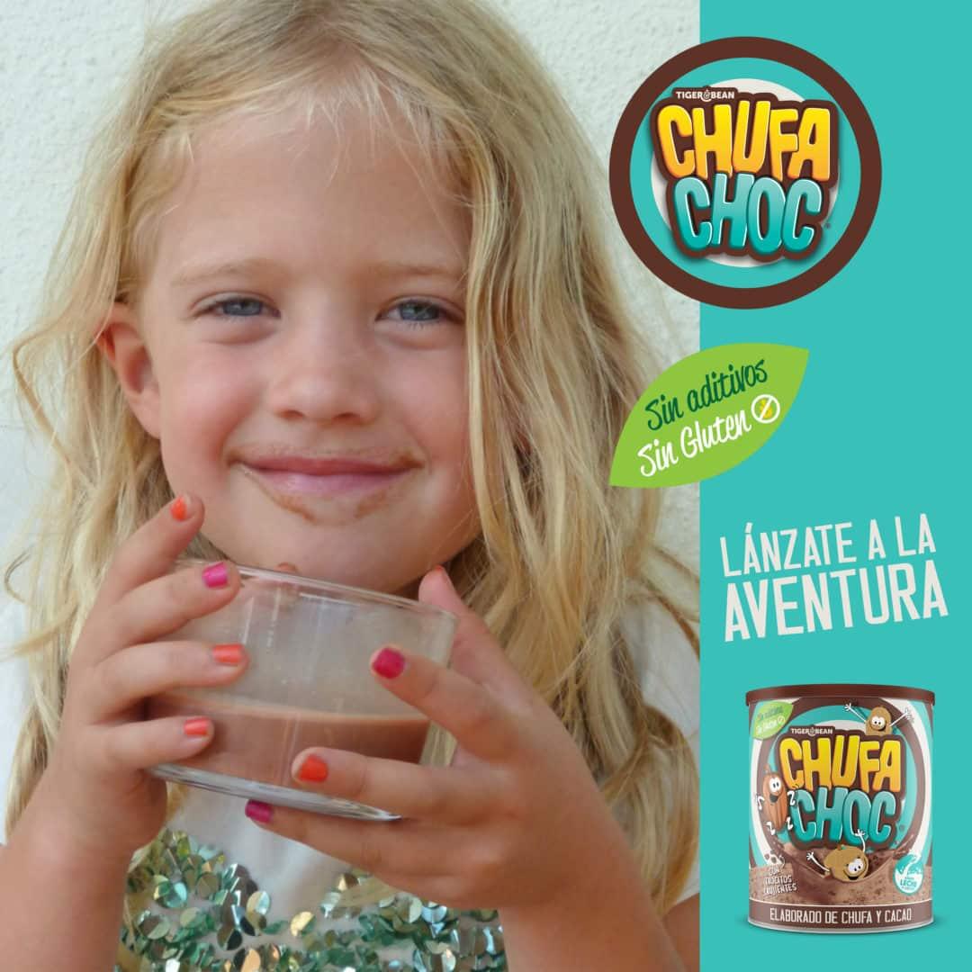 niña bebiendo chufachoc