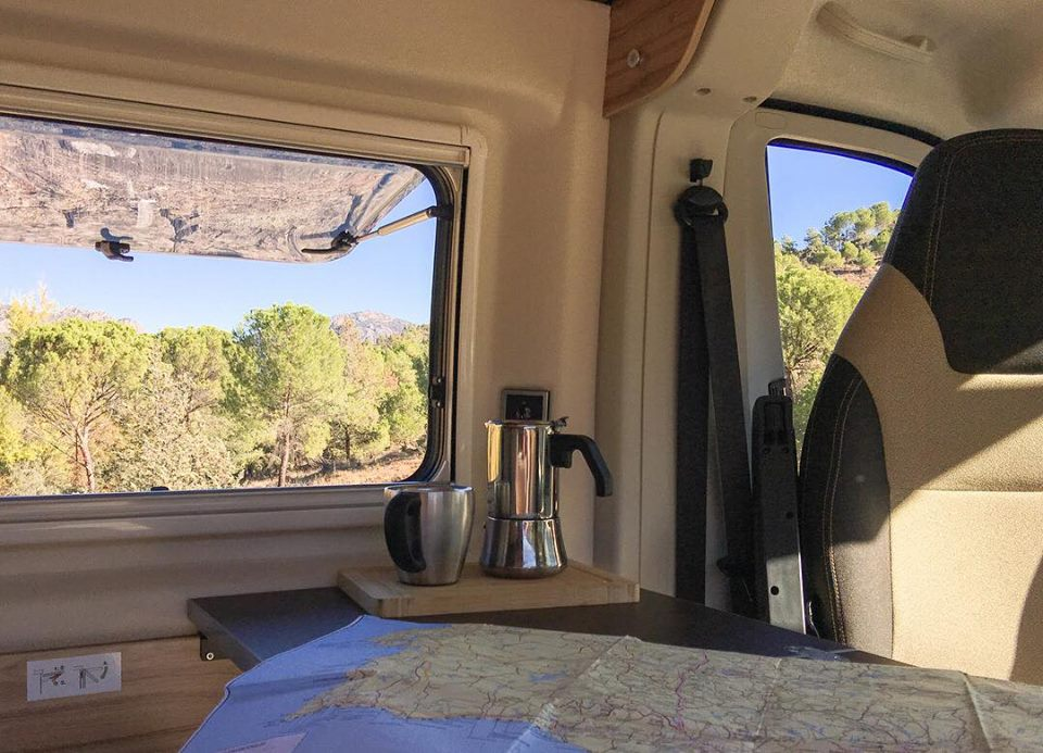 Foto cafetera en furgoneta